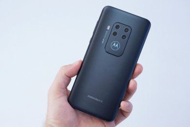 Motorola One Zoom - v ruke